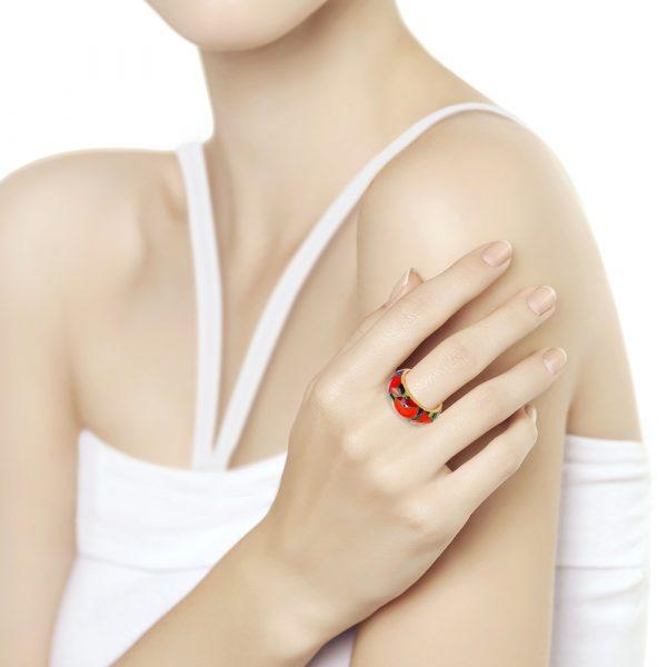 Sokolov kullatud hõbesõrmus emailitud, modell kannab sõrmes